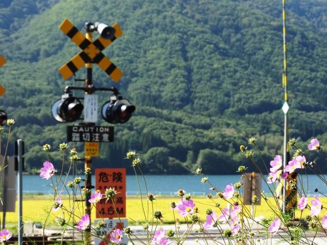 木崎湖の踏切風景
