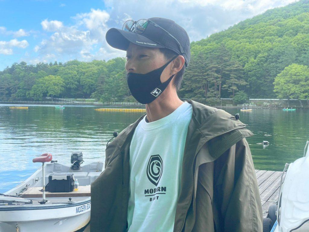 モダンボート広報大使、水野浩聡モダンボートTを着る